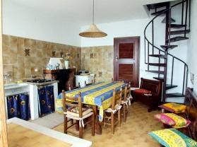 Wohnküche mit offenem Kamin
